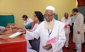 Maulana Asrarul Haq Qasmi casting vote during election in AMU Court Meeting