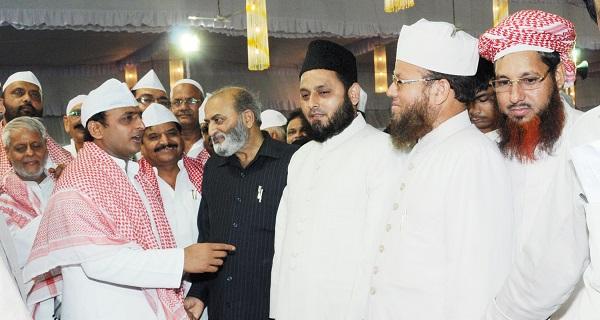 Chief Minister Akhilesh Yadav (extreme left) greeting clerics including Khalid Rasheed Farangi Mahli