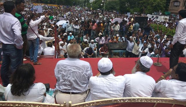 Una Dalit rally : Muslim leaders sharing the stage.