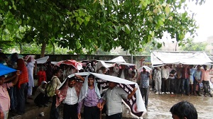 Activists of Rihai Manch continue dharna under rain in Lucknow